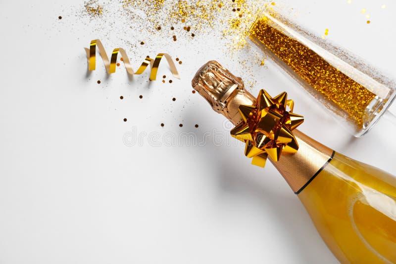Butelka szampan, szkło z złocistą błyskotliwością i przestrzeń dla teksta na białym tle, odgórny widok komicznie zdjęcia royalty free