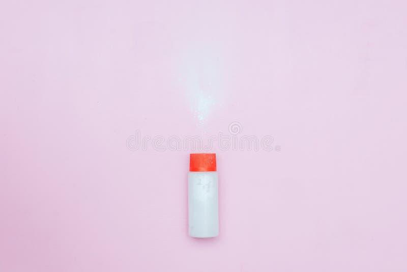 Butelka talku dziecka proszek na różowym tle Proszek rozlewał od białego zbiornika, odgórny widok flatlay fotografia stock