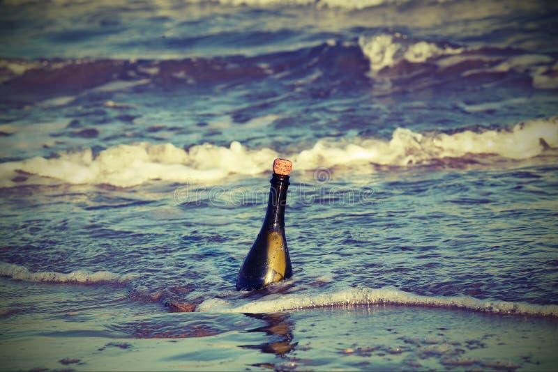 butelka w oceanie z tajną wiadomością 1 zdjęcie stock