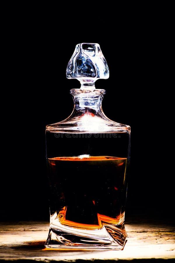 Butelka whisky na czerni drewnianym zdjęcie royalty free
