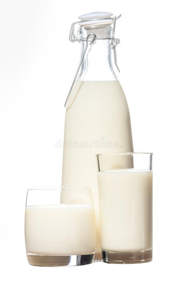 Butelka wieśniaka mleko i dwa szkła mleko zdjęcia stock