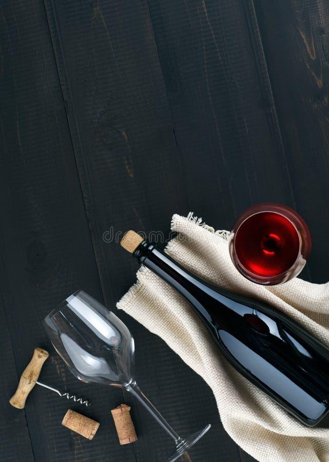 Butelka, win szkła z winem i corkscrew na ciemnym tle, zdjęcia royalty free
