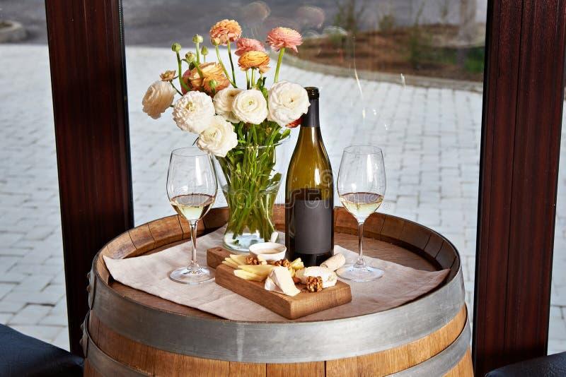 Butelka, win szkła z białym winem i ser zakąska na barze, zdjęcie stock