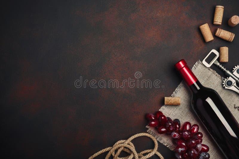 Butelka wino, corkscrew i korki, na ośniedziałego tła odgórnym widoku obrazy royalty free
