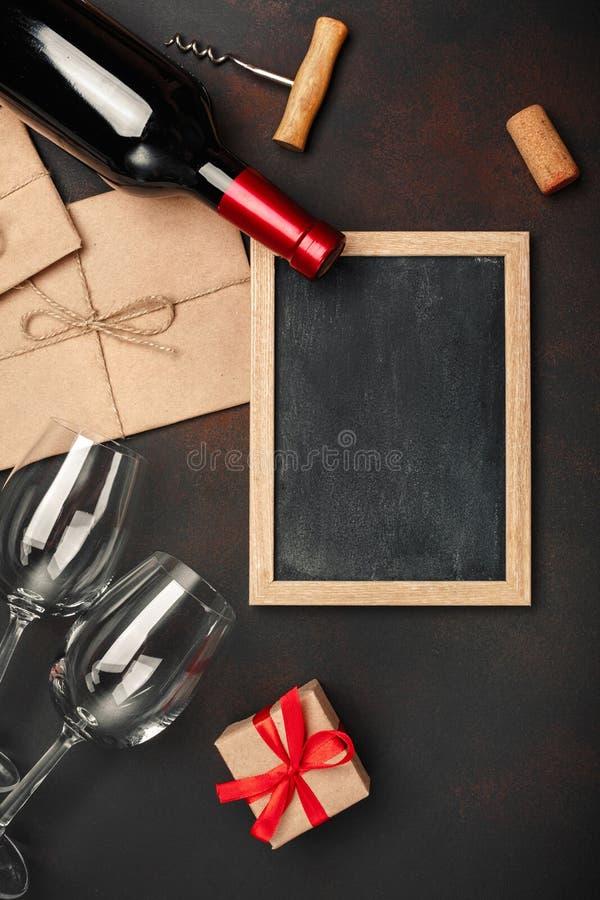Butelka wino, dwa szkła chalkboard, corkscrew i korki, na ośniedziałym tle zdjęcie stock