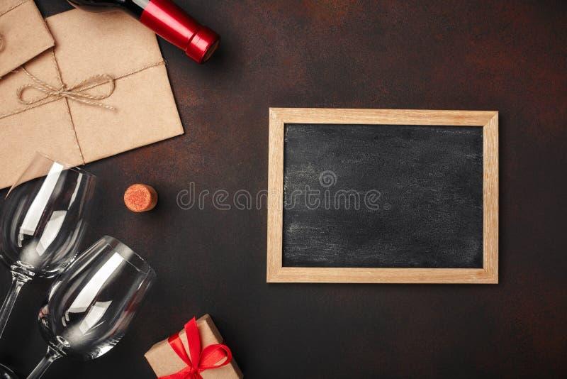 Butelka wino, dwa szkła chalkboard, corkscrew i korki, na ośniedziałym tle obrazy royalty free