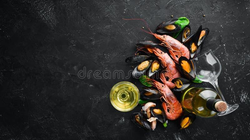 Butelka wino i owoce morza zdjęcie royalty free