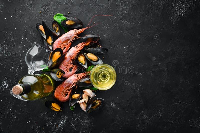 Butelka wino i owoce morza fotografia royalty free