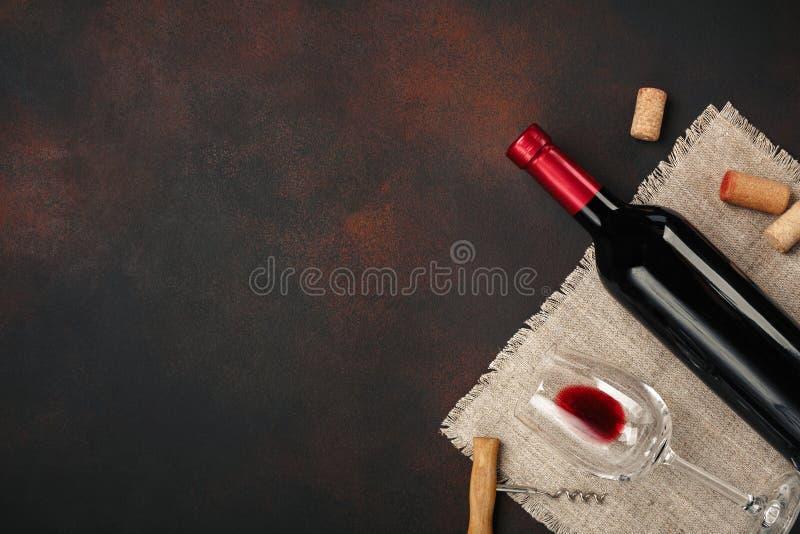 Butelka wino, szkła, corkscrew i korki, na ośniedziałego tła odgórnym widoku zdjęcie royalty free
