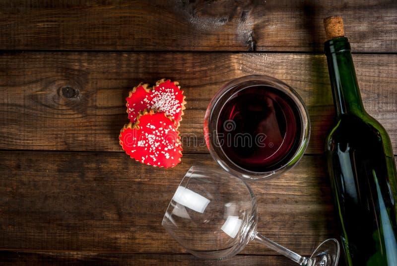 Butelka wino, 2 szkła i ciastek valentines, zdjęcie stock