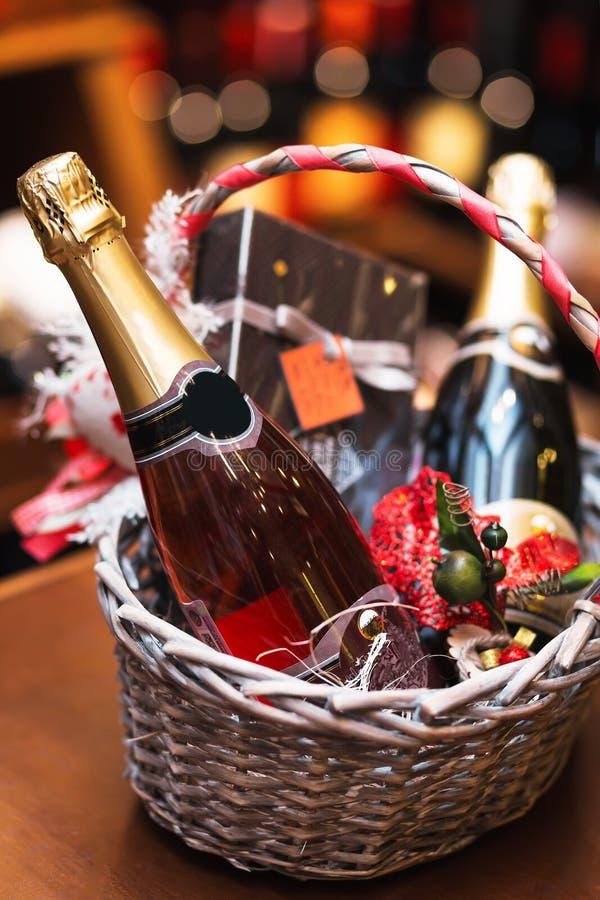 Butelka wino w koszu obraz royalty free