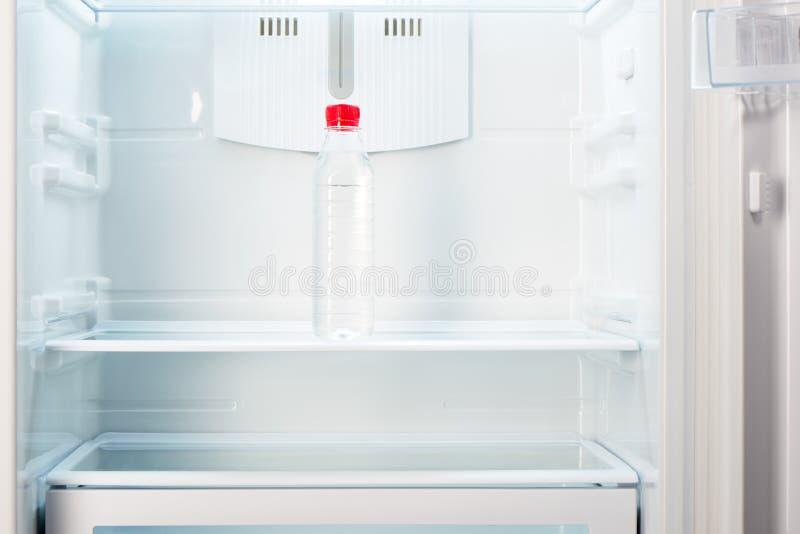 Download Butelka Woda Na Półce Otwarta Pusta Chłodziarka Zdjęcie Stock - Obraz złożonej z zimno, ciało: 57651700