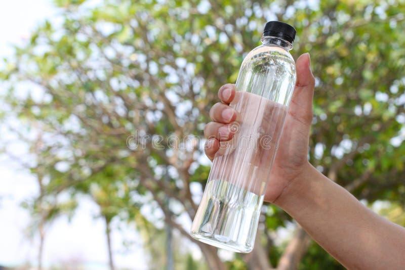 butelka woda pitna w ręce mężczyźni po ćwiczenia obraz royalty free