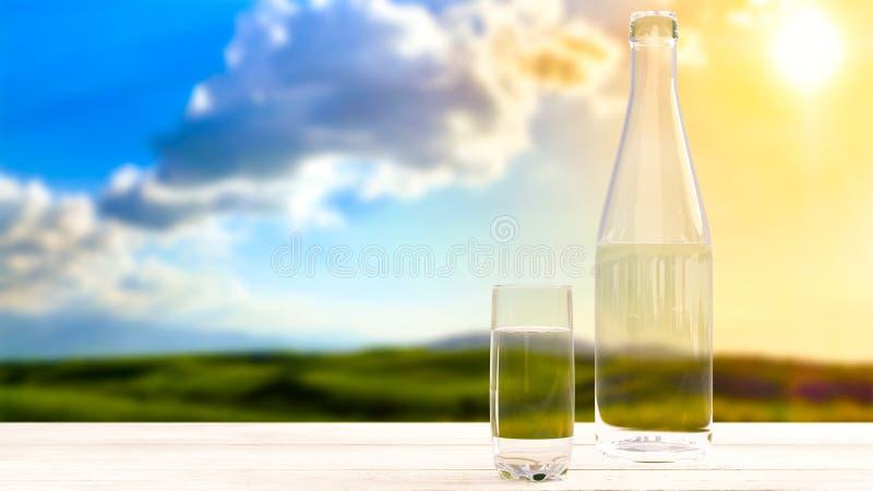 Butelka z świeżą chłodno wodą na tle natura obrazy stock