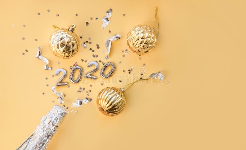 Butelka z szampanem, zabawki na Boże Narodzenie i rysunki na rok 2020 Święta Bożego Narodzenia lub Nowy Rok, zwykły kompozycja z  fotografia stock