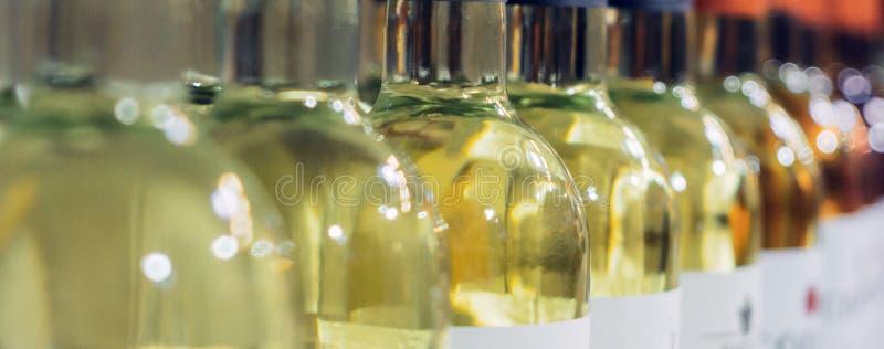 Butelki biały wino, selekcyjna ostrość zdjęcie stock