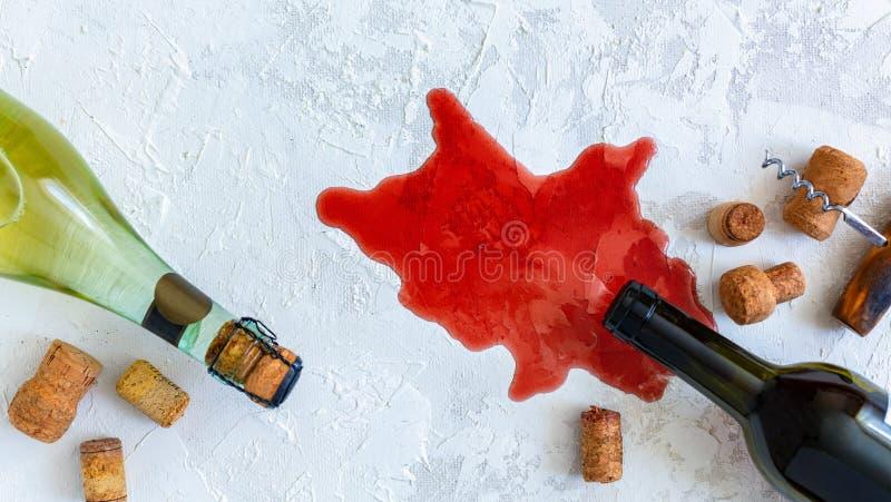 Butelki biel, czerwone wino, korki i stary corkscrew, obraz royalty free