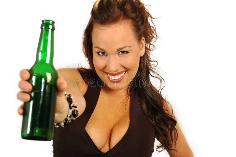 butelki brunetki gospodarstwa obraz royalty free