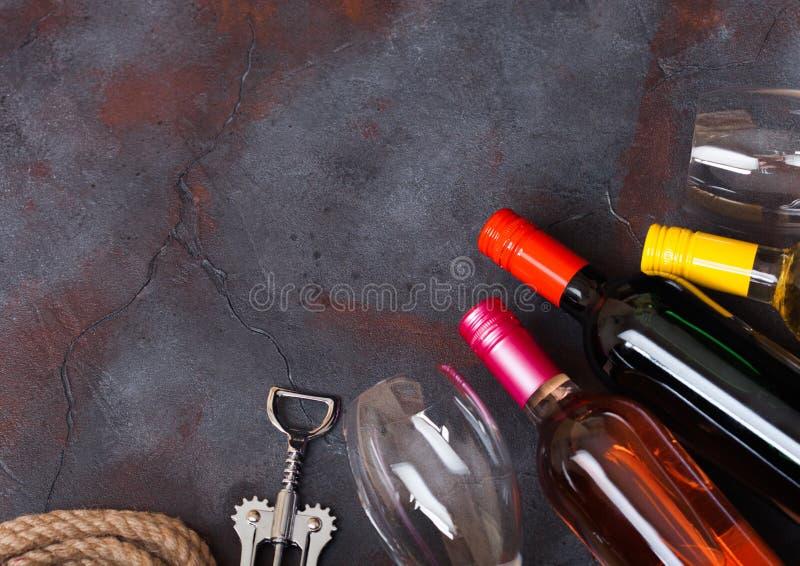 Butelki czerwony biały, różowy różany wino z i Odgórny widok Przestrzeń dla t zdjęcie stock