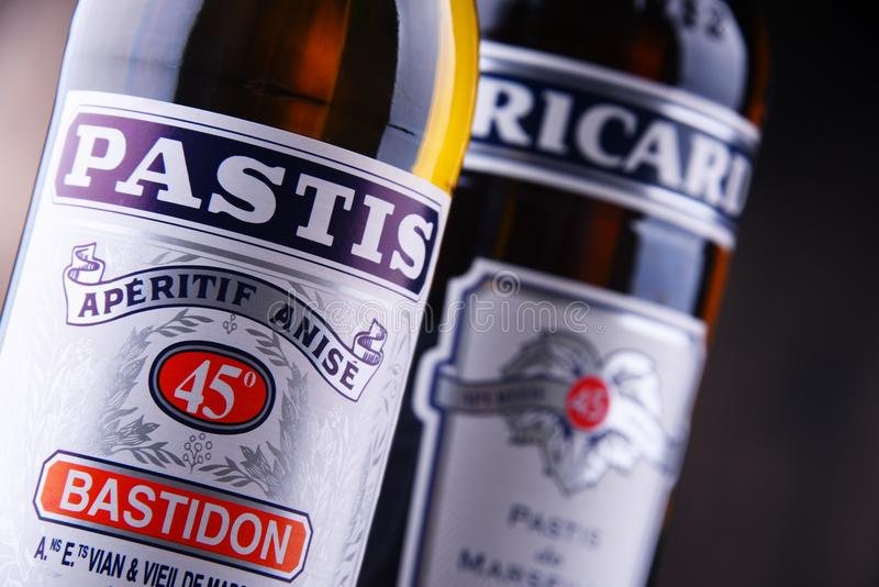 Butelki dwa sławnego pastis ajerkoniaka: Ricard i Pastis zdjęcia royalty free