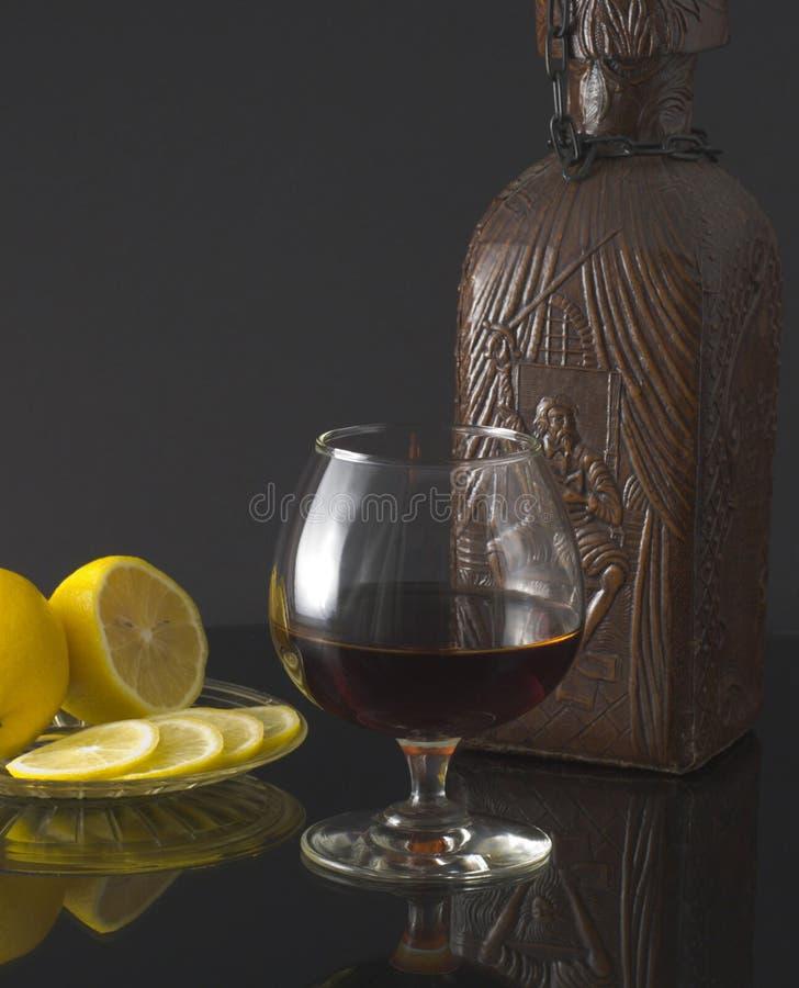 butelki koniaka szkła cytryna obraz stock