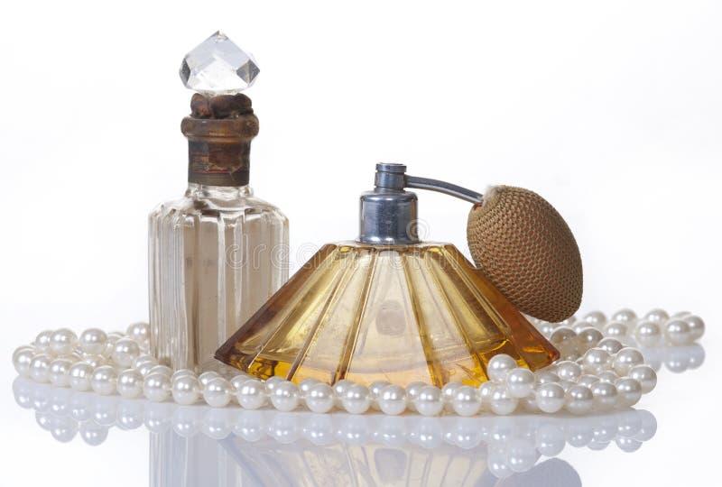 butelki odizolowywający pereł pachnidła rocznika wh fotografia stock