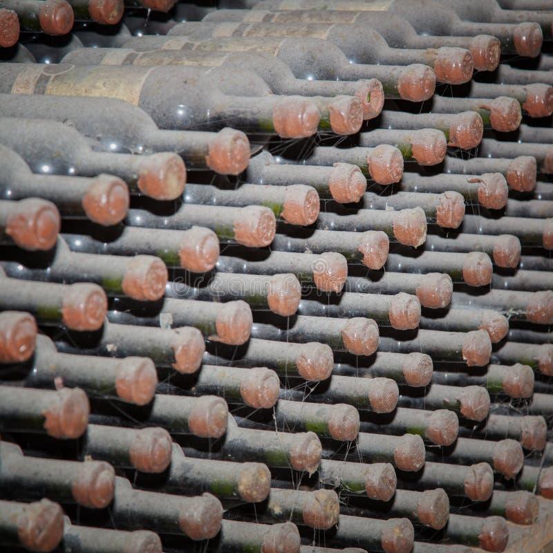 Butelki pieczętować z winem w magazynie zdjęcie royalty free