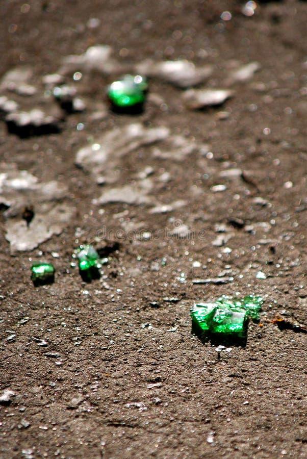 Butelki szkło na asfalcie obrazy stock