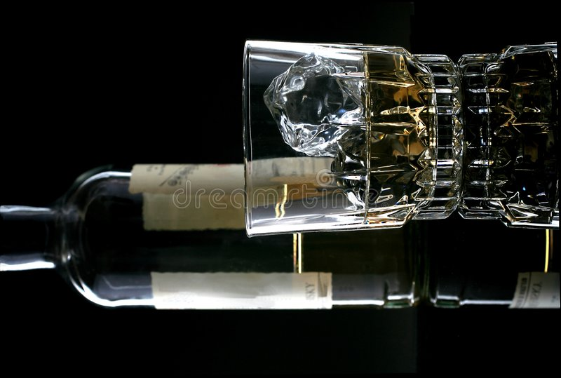 butelki szklankę whisky obrazy stock