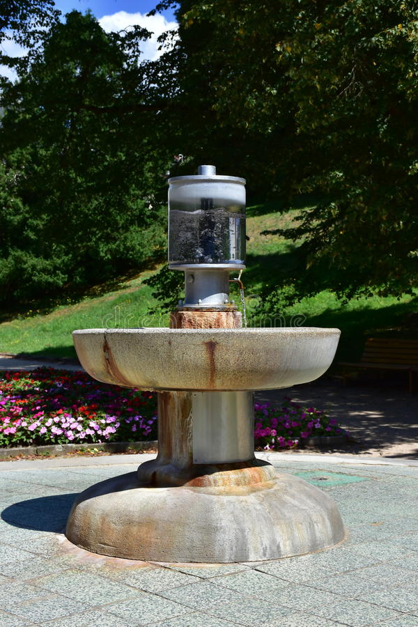 butelki szklanki lodu miętówki skał wody mineralne zdjęcie royalty free