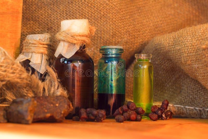 Butelki tincture lub ziele napoju miłosnego lub oleju, na drewnianym stole jako depresji wydajny ziołowy hypericum właśnie medycy zdjęcia royalty free