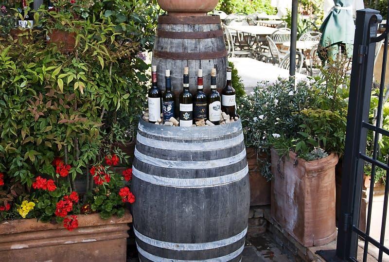 Butelki-wina Na-wystawie w winnicy lizenzfreies stockfoto