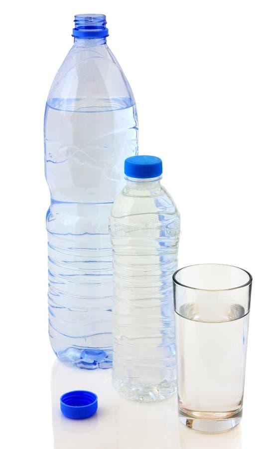 Butelki woda i szkło zdjęcia stock
