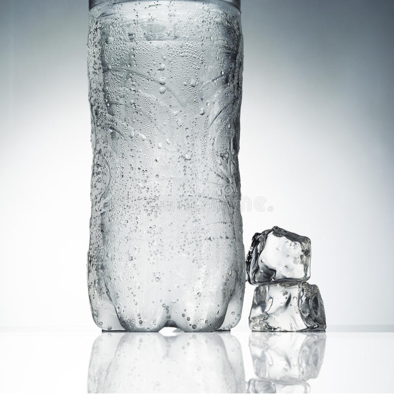 Butelki woda mineralna fotografia stock