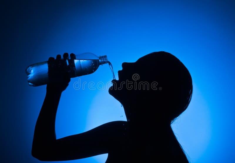 butelki wody pitnej kobieta obraz royalty free