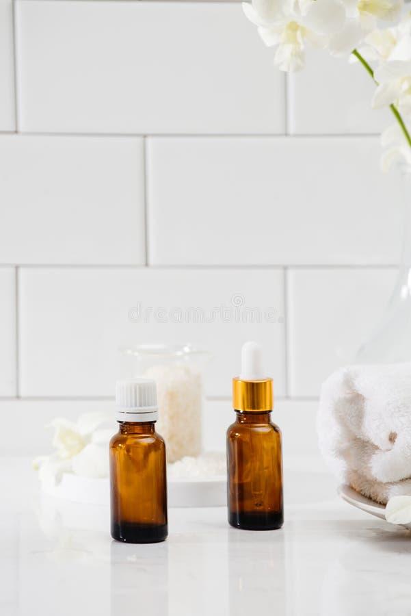 Butelki z masaż podstawami oliwią, ręczniki i zen kamienie pucharu składu gerber spławowy zdrój dryluje ręczniki obraz royalty free