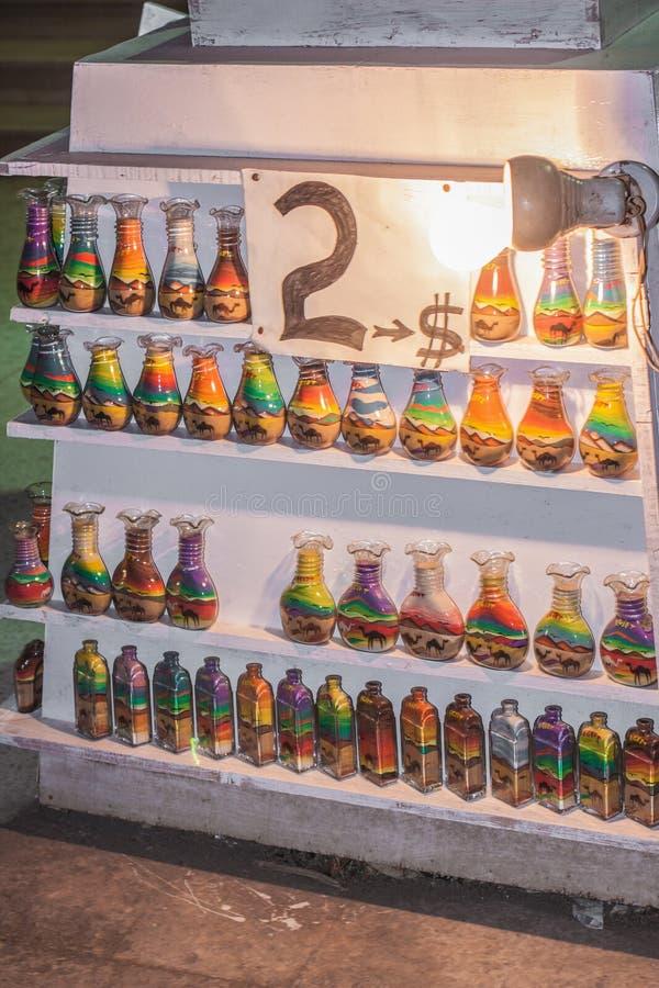 Butelki z piaskiem kształtują na półkach, prości kawałki handmade Lokalne pamiątki z ceną Żadny prawo autorskie zdjęcia royalty free