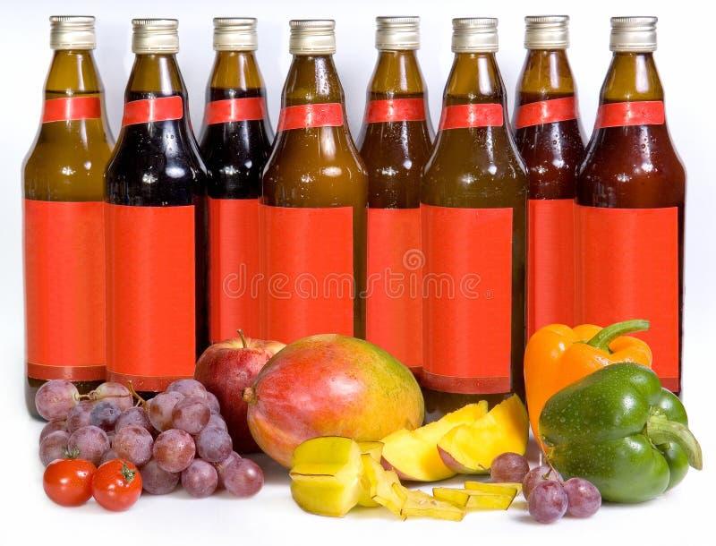 Butelki z sokiem i świeżą owoc, warzywa obrazy royalty free