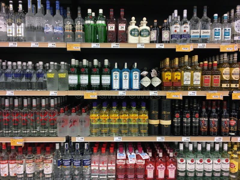 Butelki z wódką tequila i rumu na półkach sklepowych z wódką fotografia stock