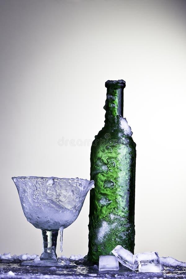 butelki zimny napój marznący szkła lodu wino zdjęcia royalty free