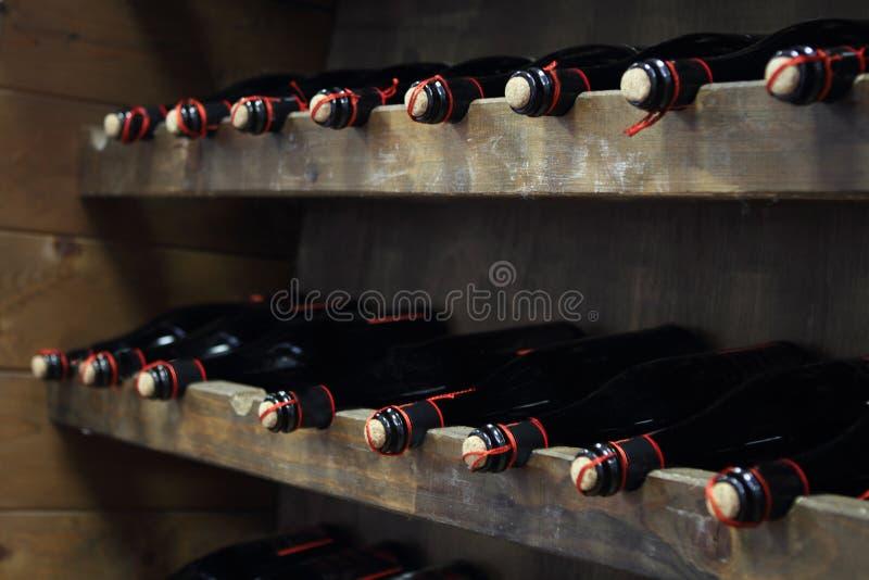 butelkuje czerwone wino zdjęcie stock