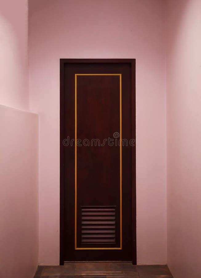 Butika rocznika retro drewniany drzwi robić od prostego tropikalnego ciemnego brązu textured drewnianą panel deskę z menchii kolo zdjęcia stock