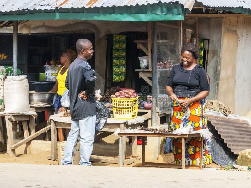 Butiksinnehavare med den nöjda kunden