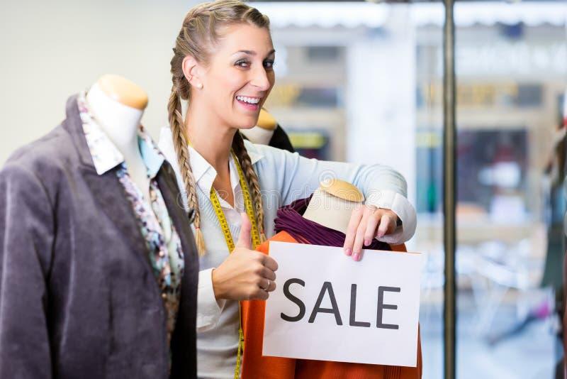 Butiksinnehavare som arbetar på befordranförsäljningar arkivbilder