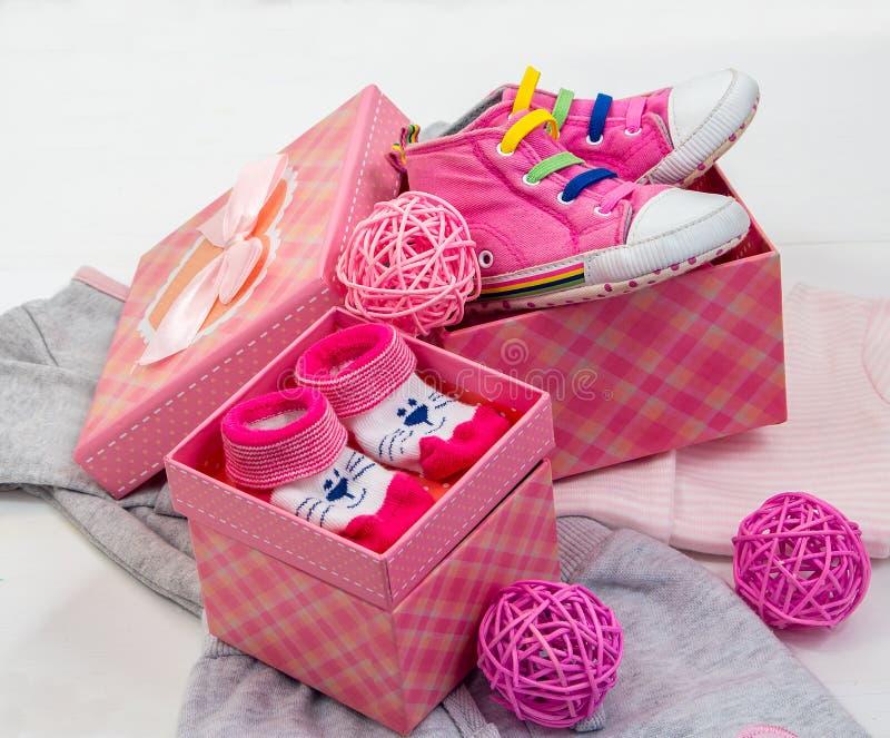Butins et chaussettes pour un bébé photo stock