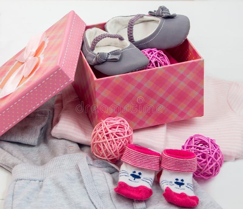 Butins et chaussettes pour un bébé images libres de droits