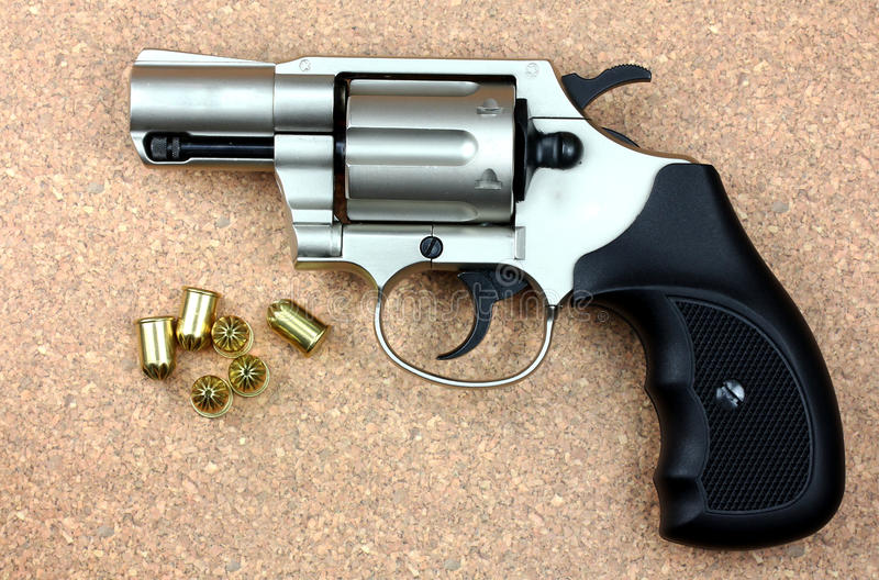 Butla rewolwerowy pistolecik nad drewnianym tłem! zdjęcie royalty free