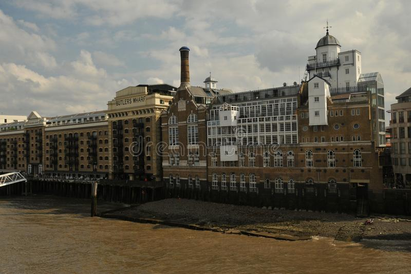 Butler hamnplats är en engelsk historisk byggnad på banken av flodThemsen, öst av London tornbron, arkivfoto
