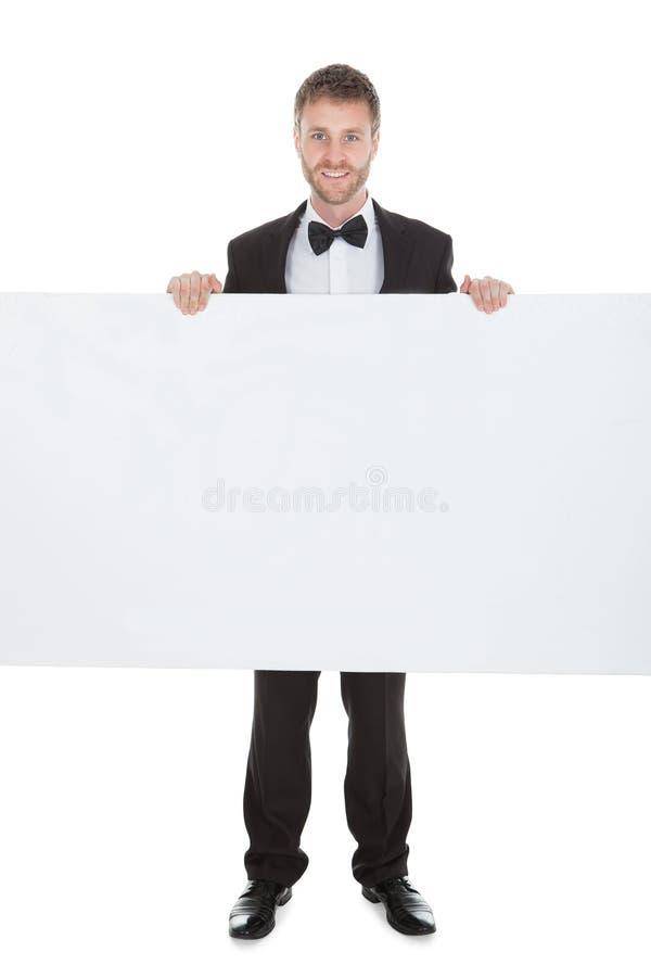 Butler regardant le panneau d'affichage vide photo libre de droits