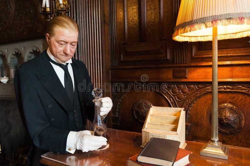Butler servant une boisson images libres de droits